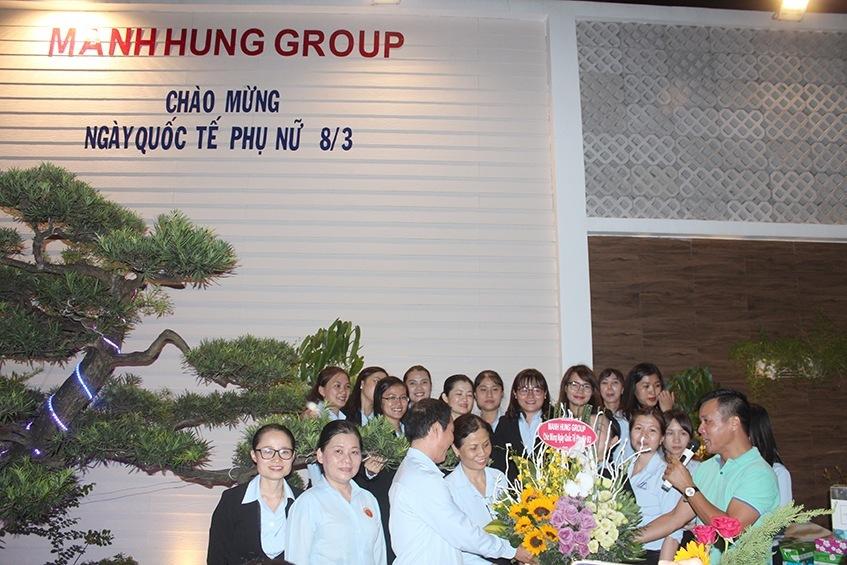 LS Đoàn Tiến Hưng, tặng hoa chị em phụ nữ