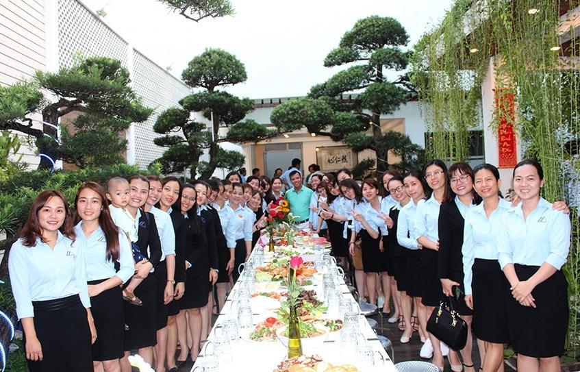 Tập thể CBNV nữ chụp hình với TGĐ tại hội thi