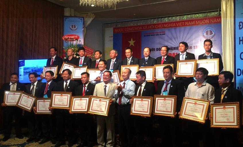 LS Đoàn Tiến Hưng (Thứ 5 hàng trước) nhận bằng khen của UBND TP.HCM