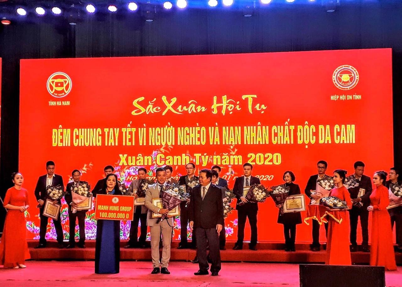 LS Đoàn Tiến Hưng trao quà tại chương trình Tết vì người nghèo và nạn nhân chất độc da cam, năm 2019