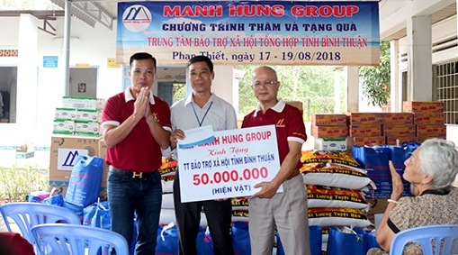 Ông Nguyễn Đức Chính và Luật sư Đoàn Tiến Hưng trao quà tượng trưng tại chương trình