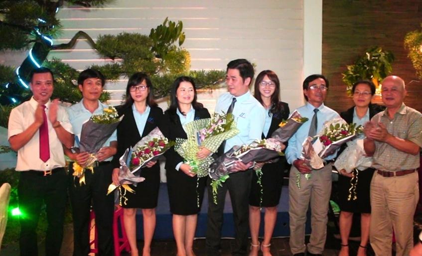 Ông Nguyễn Đức Chính và ông Đoàn Tiến Hưng trao thưởng tại buổi lễ
