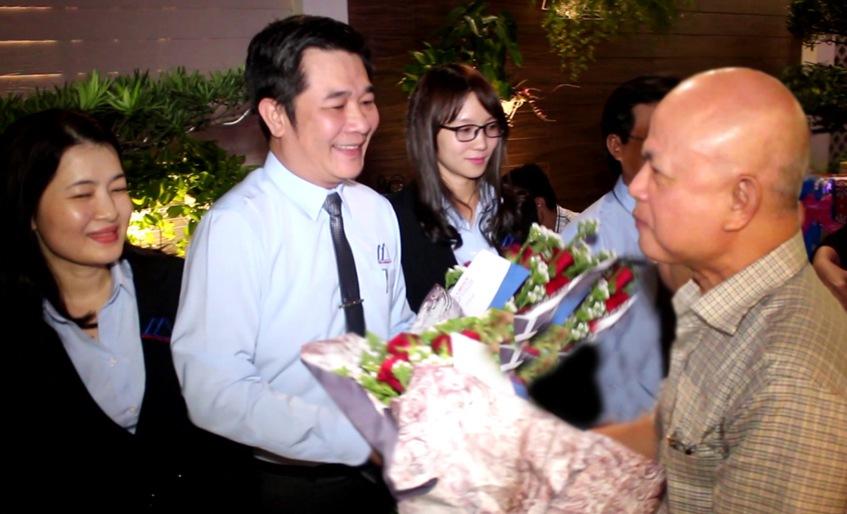 Ông Nguyễn Đức Chính, trao thưởng cho Công chứng viên Ngô Hoài Ái (VPCC Đỗ trí Tín)